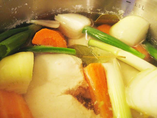 Kylling og grøntsager koges
