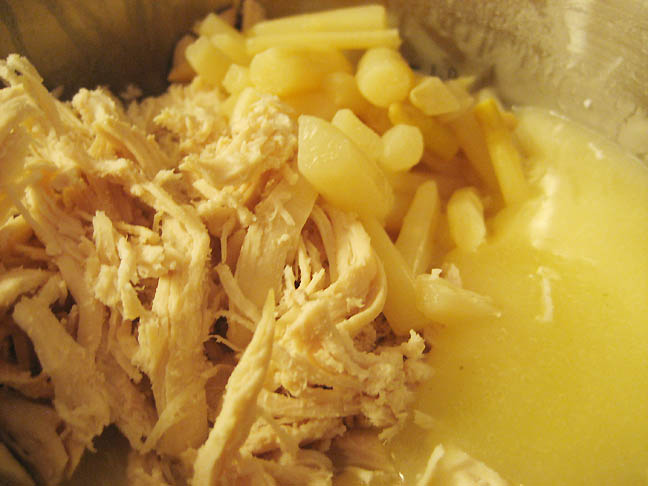 Kylling og asparges tilsættes saucen