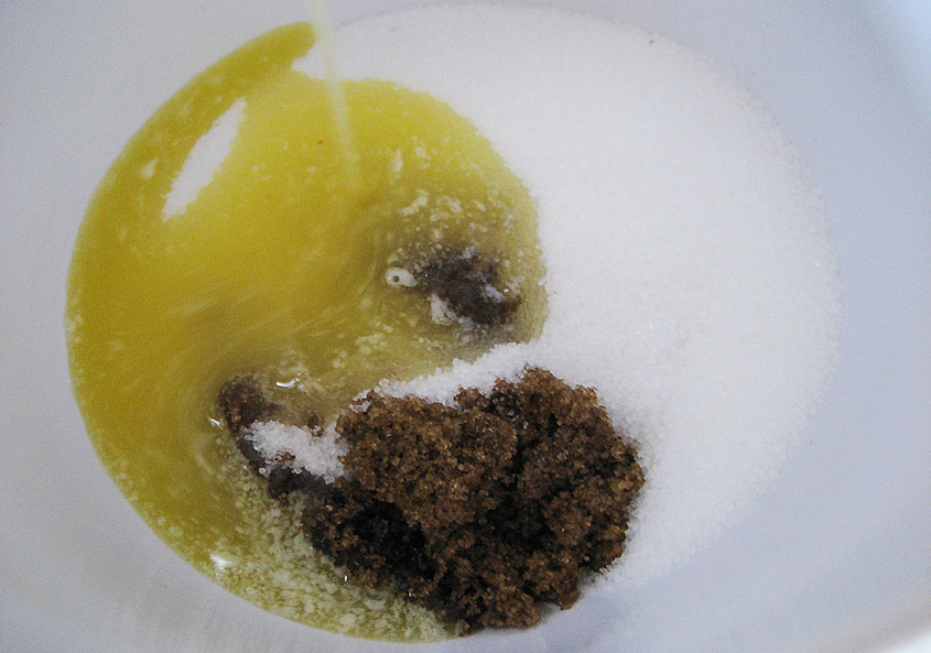 Smeltet smør, brun og hvidt sukker
