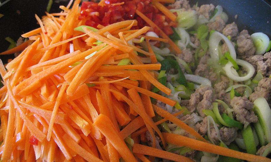 gulerødder og peberfrugt tilsættes