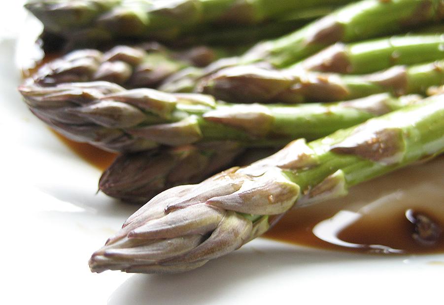 Asparges med balsamicoeddike og hvidløg