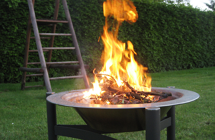 Lune flammer ved bålet