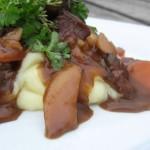 Simremad - Oksekød og rodfrugter i rødvinssauce med timian, og kartoffelmos