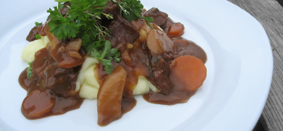 Oksekød og rodfrugter i rødvinssauce med timian, og kartoffelmos