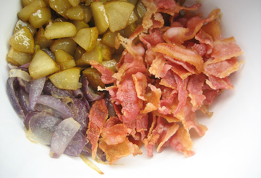 Karamelliseret pære, sprødstegt bacon og sauterede bløde rødløg