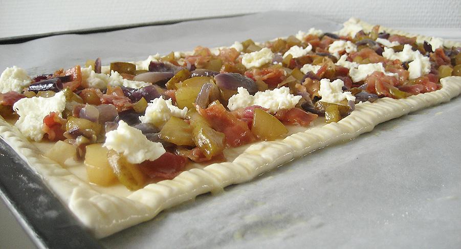 Butterdejstærte med karamelliseret pære, bløde rødløg, og sprødstegt bacon