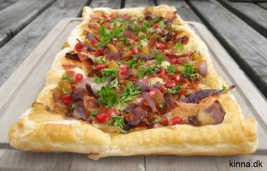 Butterdejstærte med karamelliseret pære, bløde rødløg, og sprødstegt bacon, persille og granatæblekerner