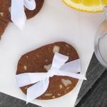 De færdigbagte sprøde brunkager med appelsinskal, mandler, kanel og nelliker