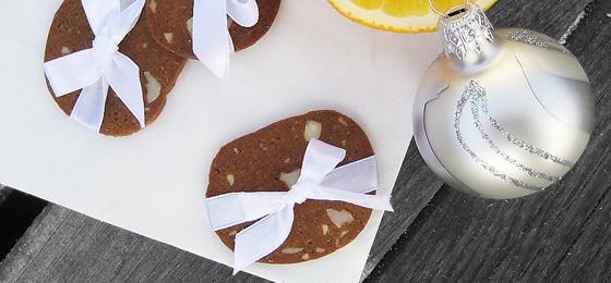De færdigbagte brunkager med appelsin, mandler, kanel og nelliker