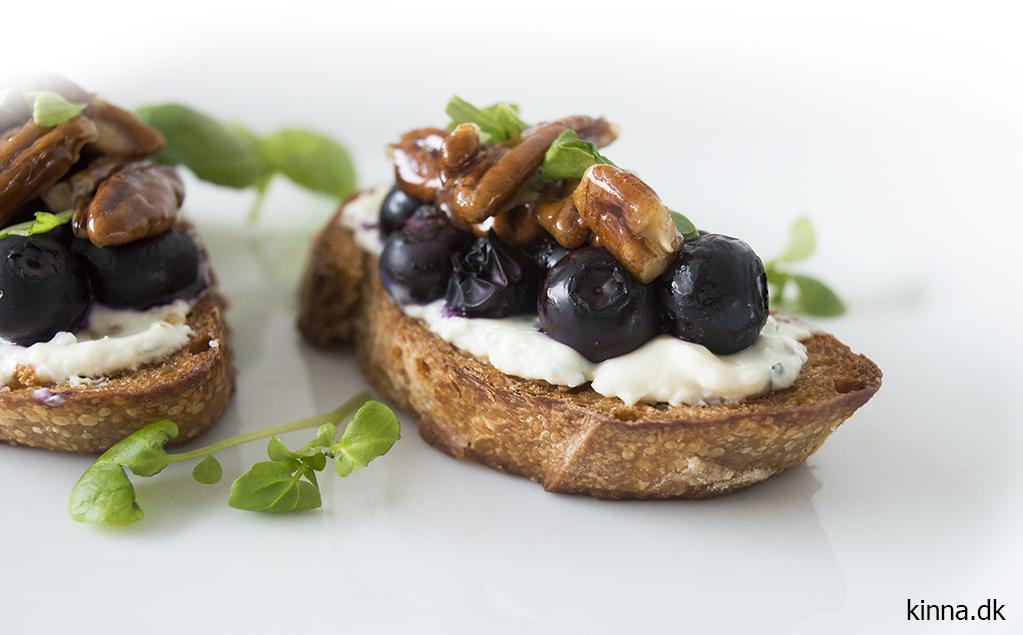 Bruschetta med hvidløgsost, frisk basilikum, ovnbagte blåbær og karamelliserede pekannødder