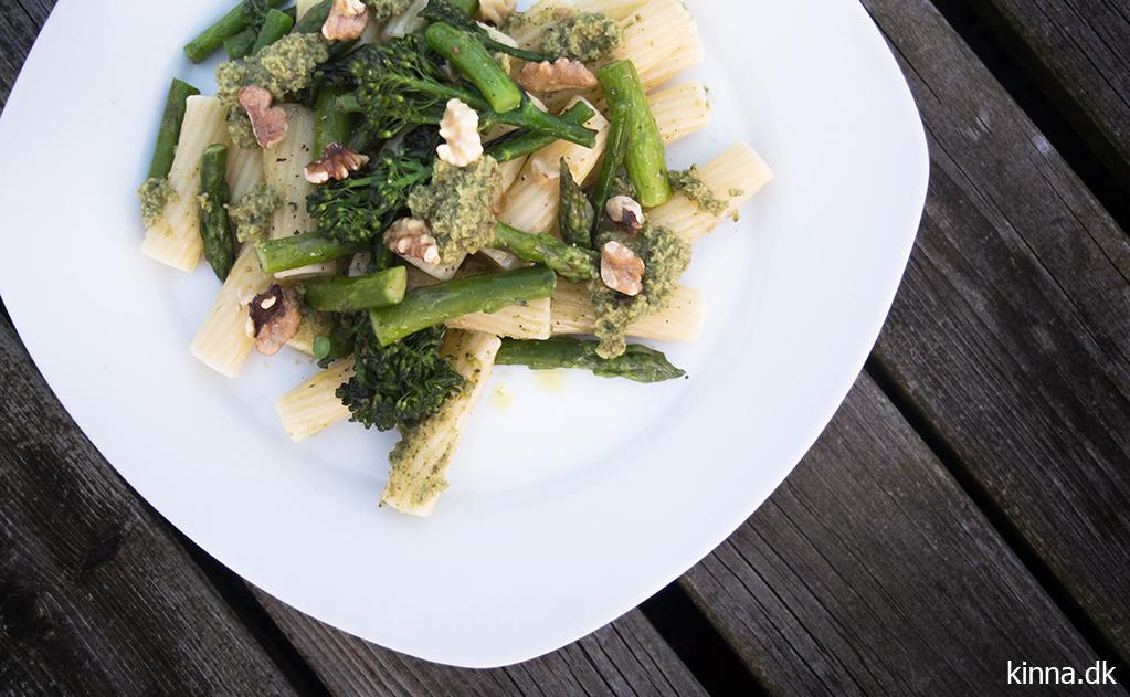 Pastaret med valnøddepesto, grønne asparges og broccoli asparges
