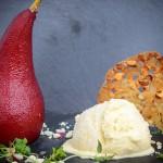 Rødvinsmarinerede pærer med vanilleis, krystalliseret hvid chokolade og sprøde mandel-tuile