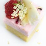 Jordbærmousse på mazarinbund, pyntet med friske jordbær og hvid chokolade