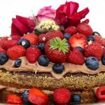 Svampet chokoladekage med tobleronecreme og friske bær