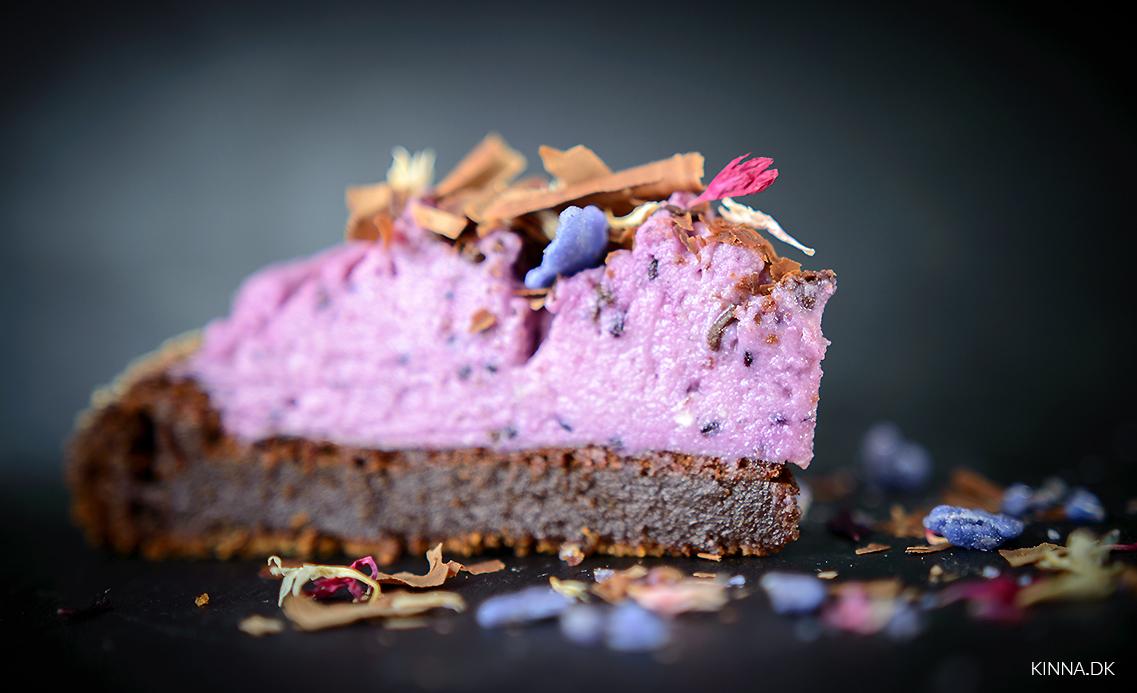 Intens chokoladekage med solbær- og hvid chokoladecreme