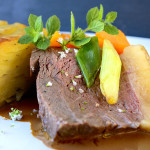 Culottesteg med pommes anna, råstegte grøntsager og rødvinssauce