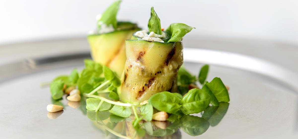 Grillede squash-ruller med hvidløgsflødeost, soltørrede tomater, basilikum og pinjekerner